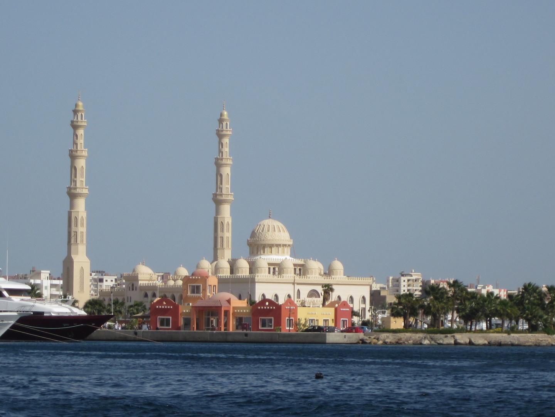 Yachthafen und Aldahaar Moschee. Hurghada (Ägypten)
